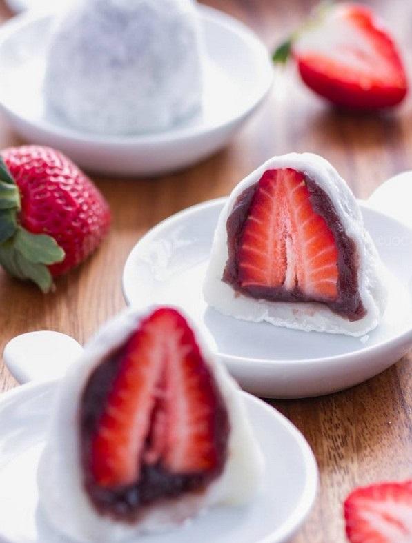 کیک برنجی با مغز توت فرنگی